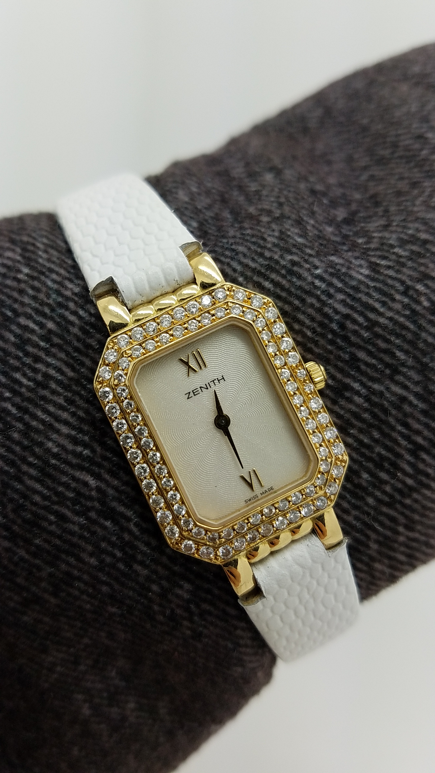 ZENITH	LADIES 18K 		WHITE	Solid Gold	Genuine Leather	20MM	DIAMOND		Quartz (Battery)	Watch