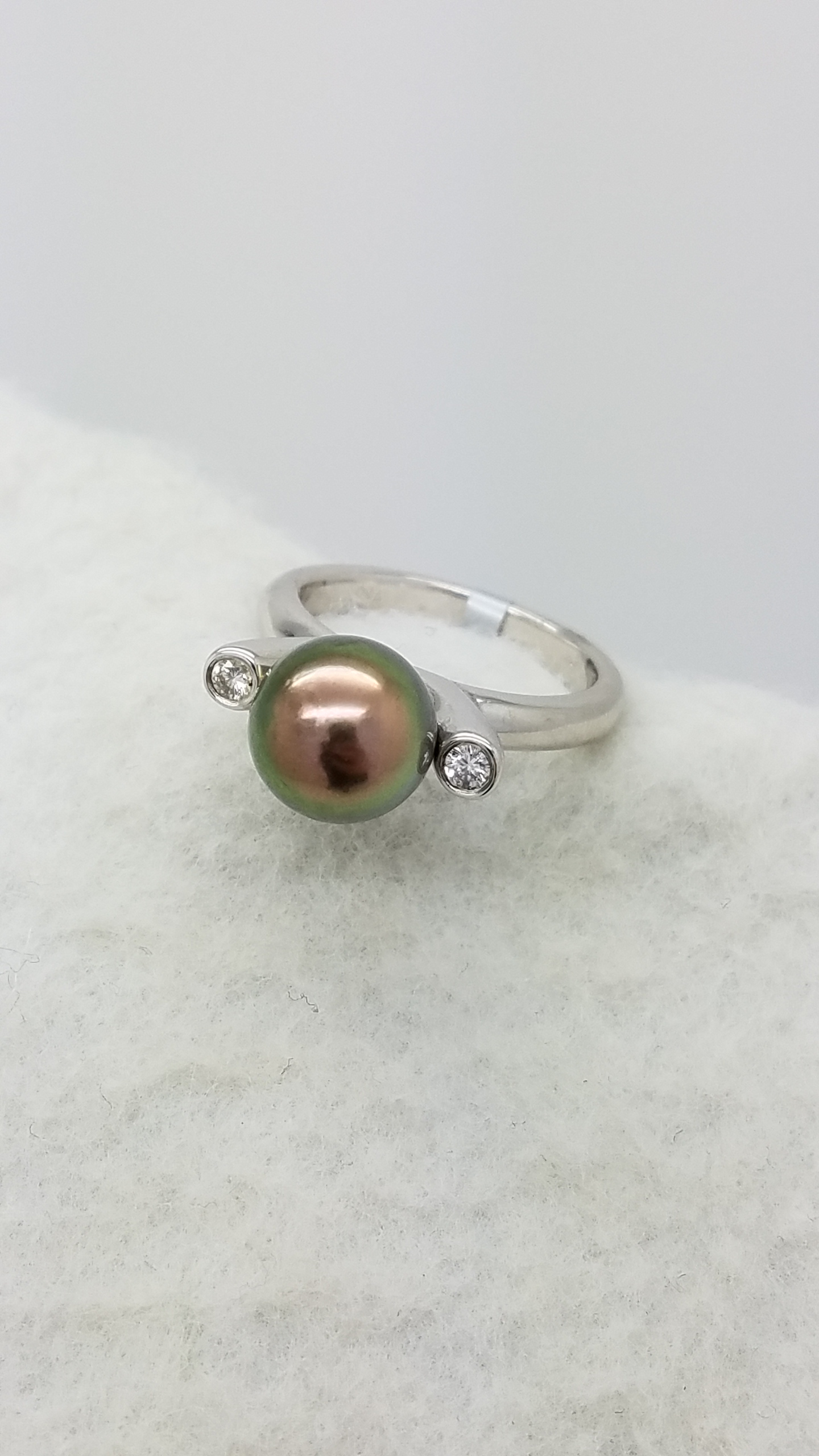 18K	White Gold	DARK	ROUND	Cut			PEARL	DIAMOND	SOLITAIRE W/ ACCENTS	ring