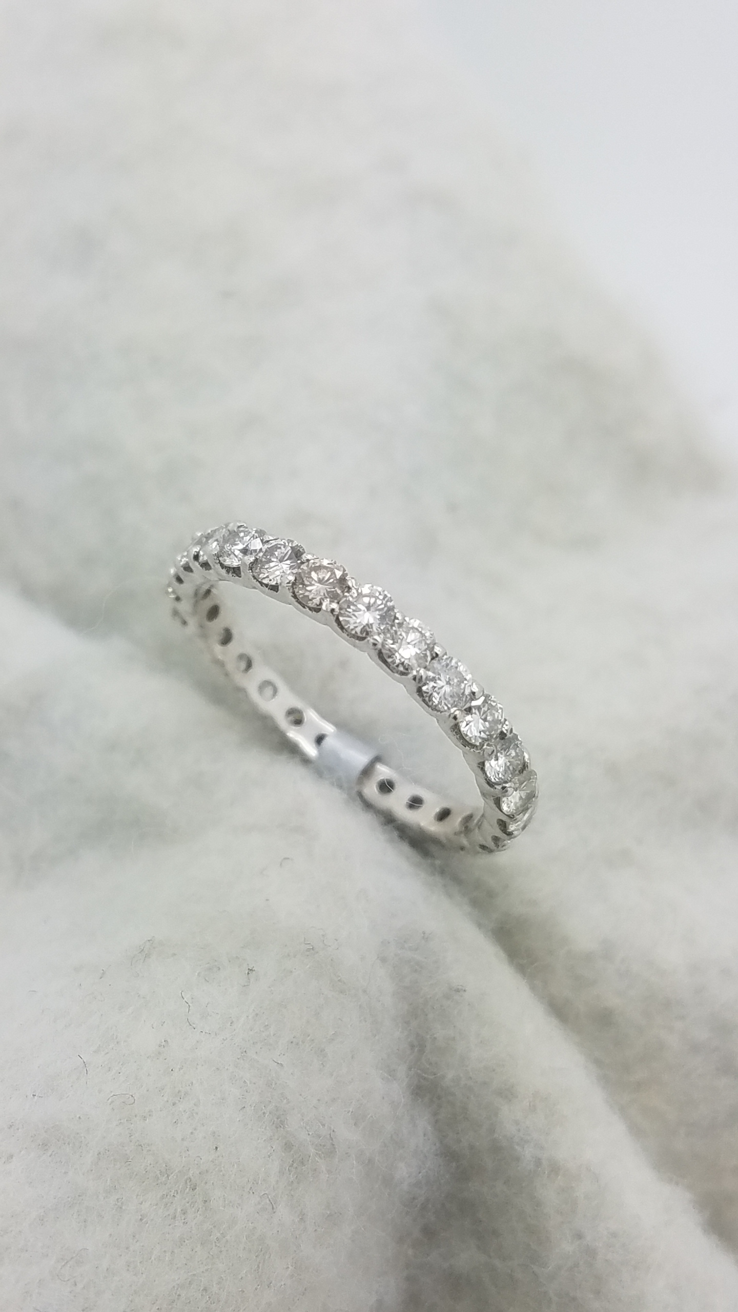 14K	White Gold		1.00	ct	ROUND	Cut		Diamond	Shared Prong	Eternity Band	Ring