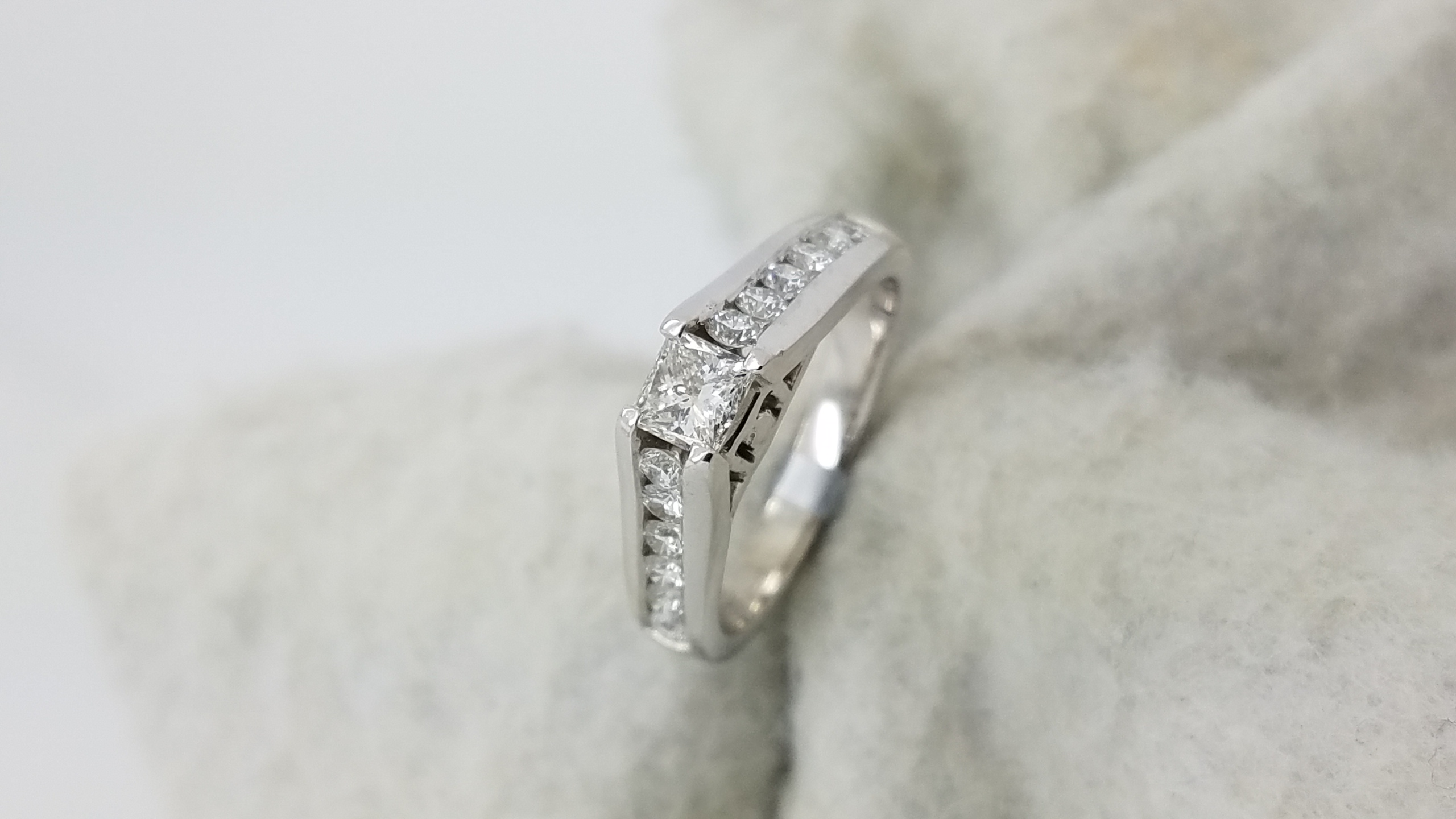 PLAT	W	Channel band	0.95	ct.	PR,R	Cut	Diamond	G	VS1	4-prong	Solitaire with Accents	Engagement-Ring