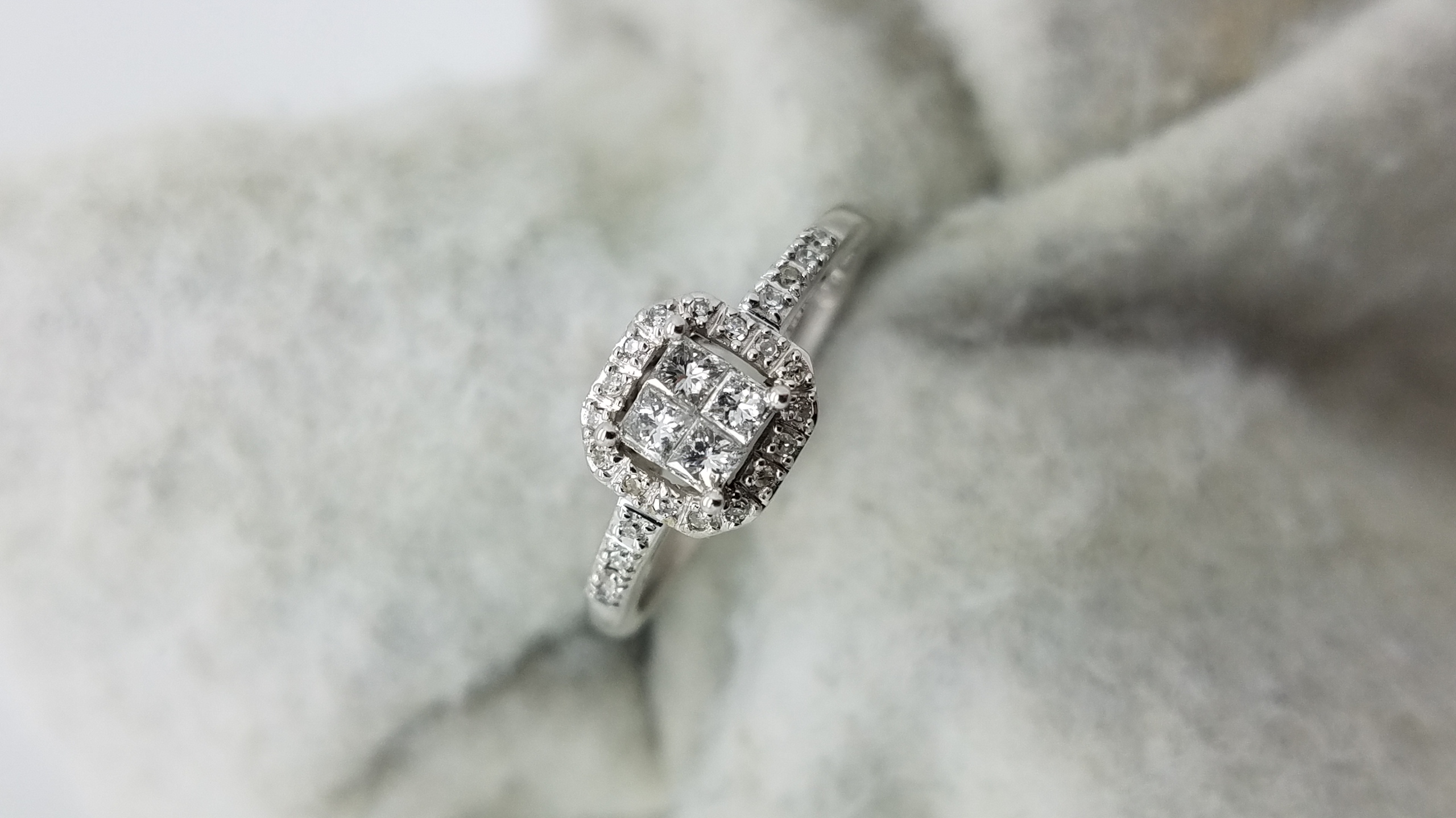 14K	White Gold	princess illusion and halo 	0.35	ct.	PR+R	Cut	Diamond	I-J	SI1	Invisible-Set	Cluster	Engagement-Ring