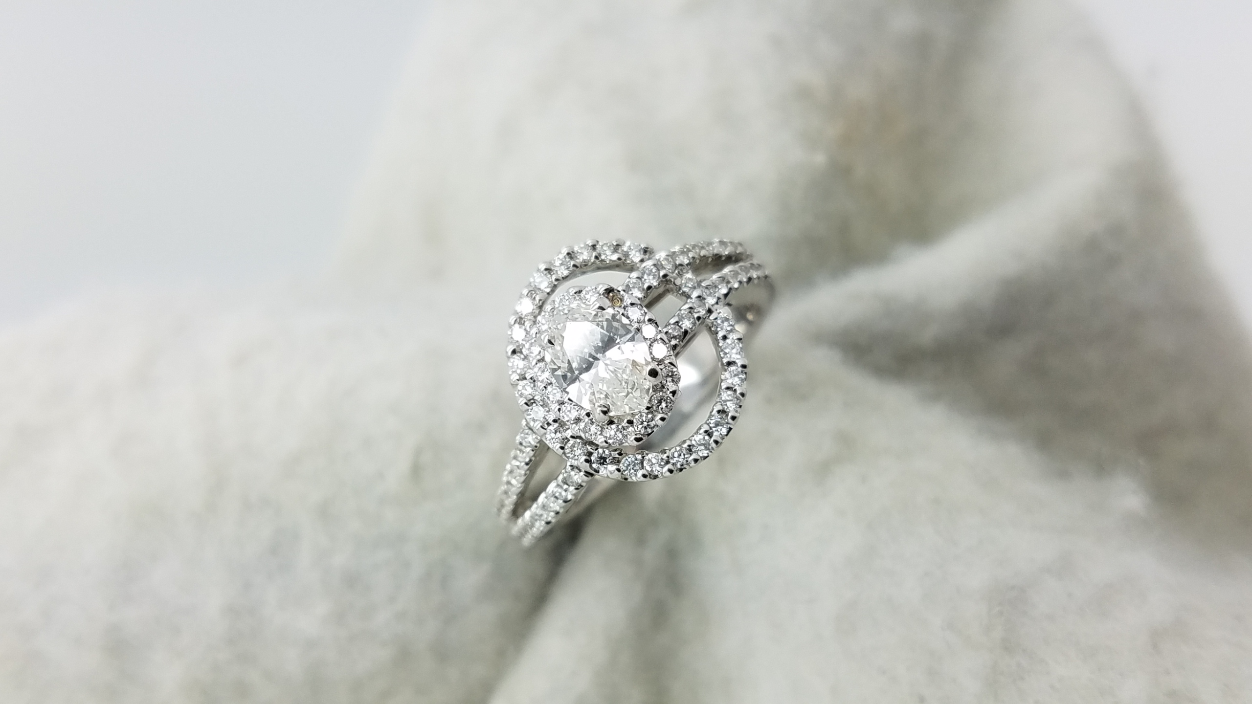 14K	White Gold	Halos and splited shank	.58,.70	ct.	OV+R	Cut		K 	SI1	4-prong	Solitaire with Accents	Engagement-Ring