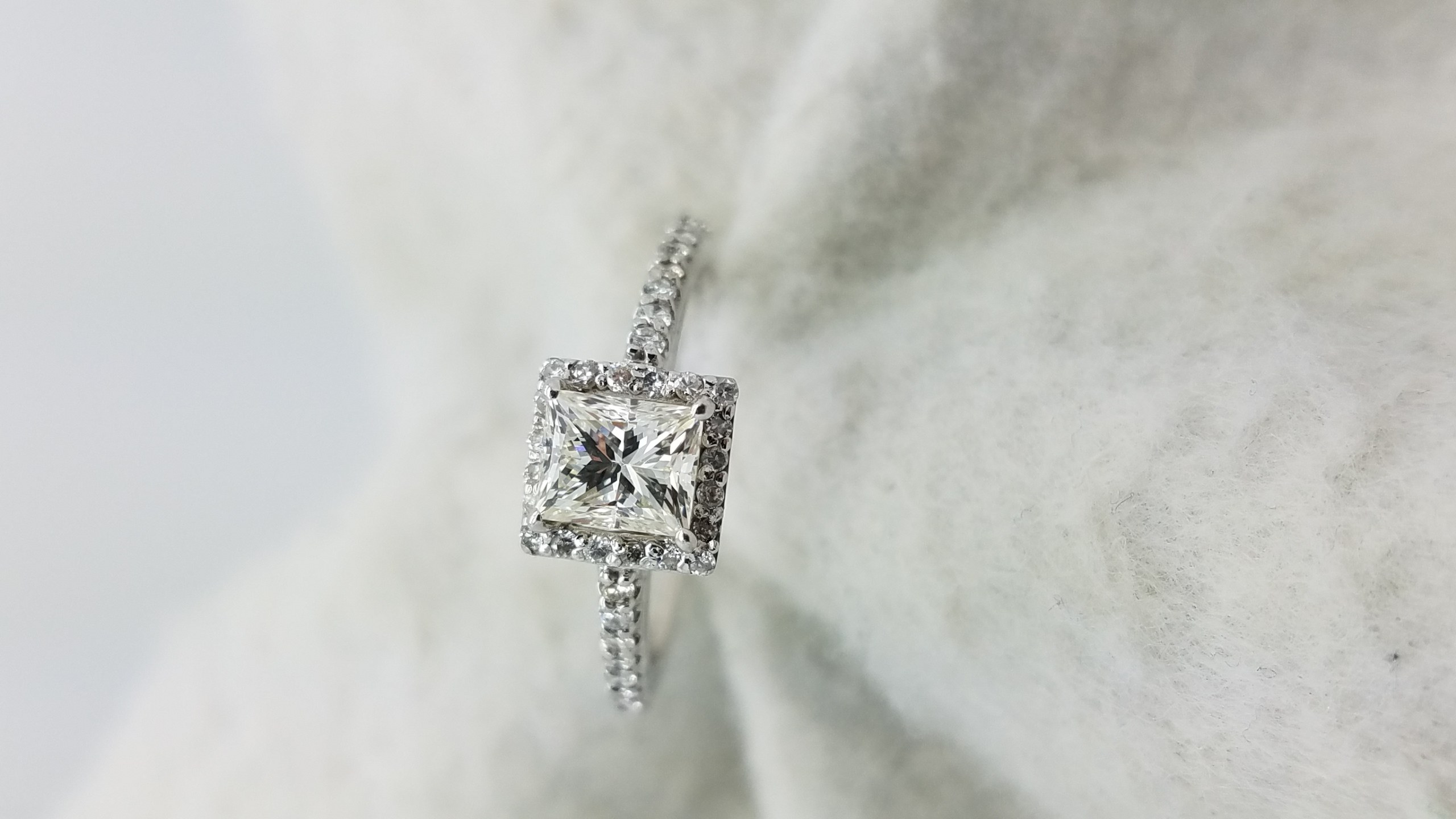 14K	White Gold	Halo	.89,.48	ct.	PR+R	Cut	Diamond	K-VVS2		4-prong	Solitaire with Accents	Engagement-Ring