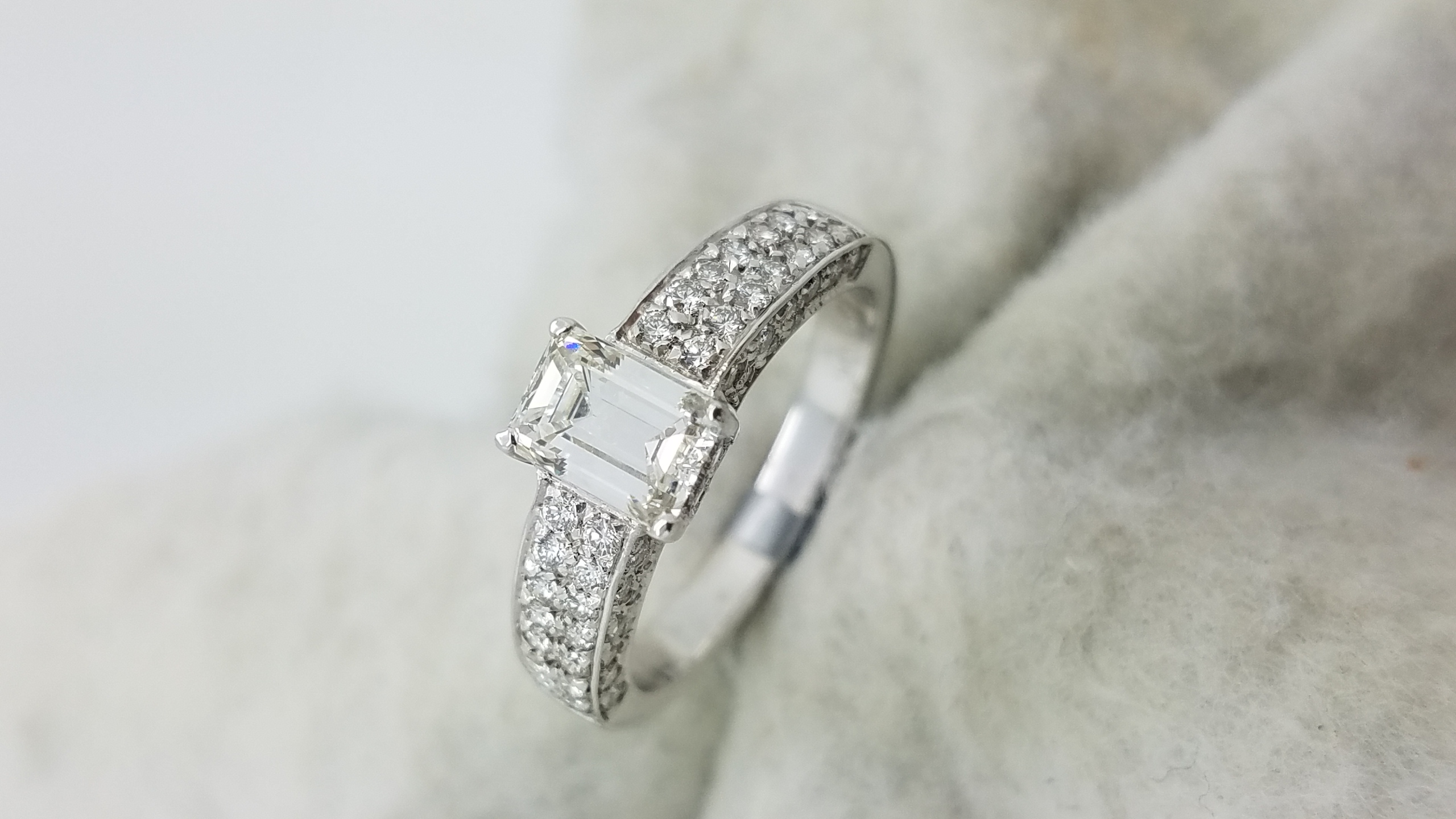 18K	White Gold	half pave	0.95+1.25	ct.	EM+R	Cut	Diamond	I	VS1	4-prong and pave	Solitaire with Accents	Engagement-Ring