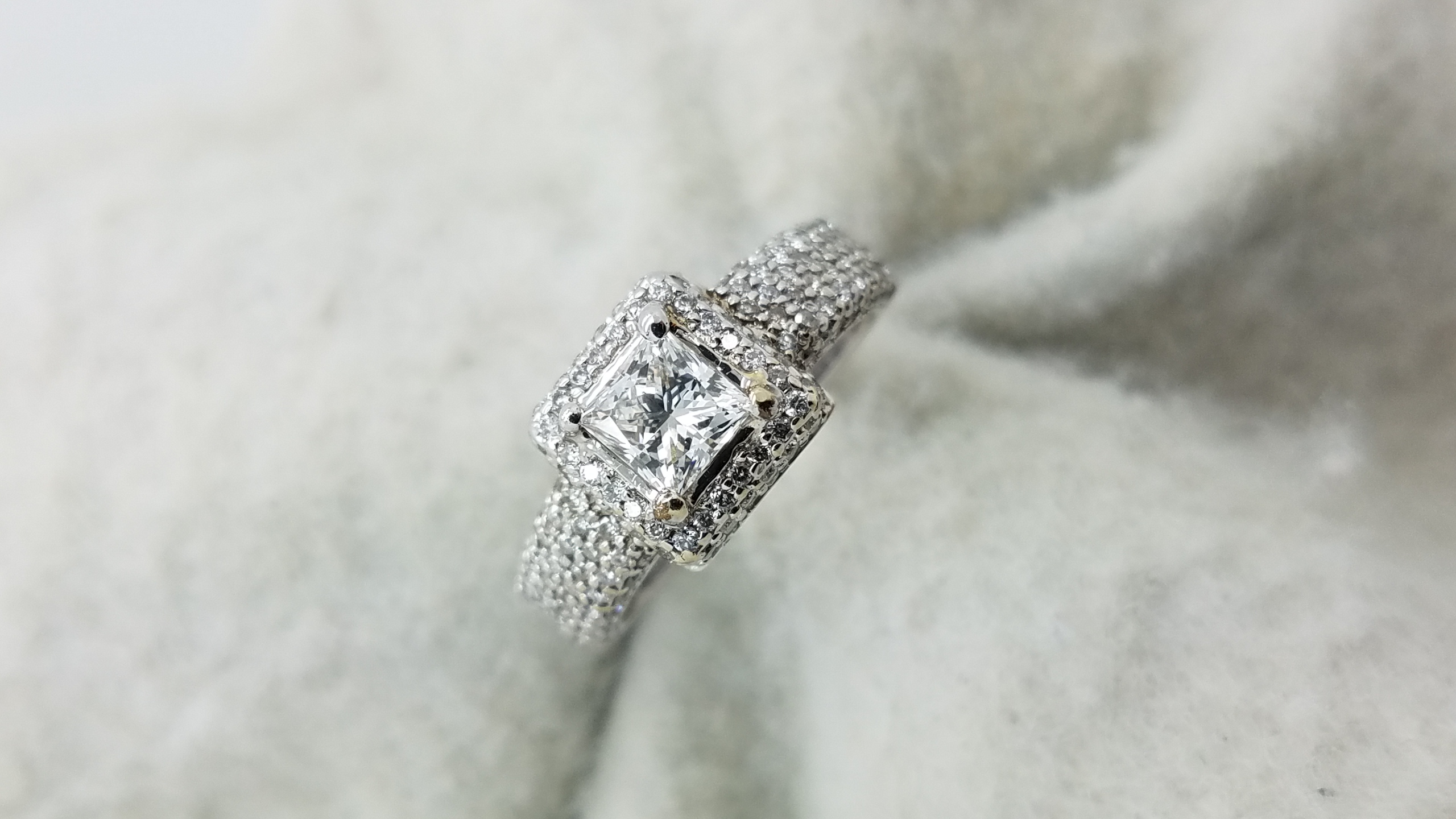 18KWGpave mounting0.61+1.00ct.PR+RCutDiamondGVS14-prongSolitaire with AccentsEngagement-Ring