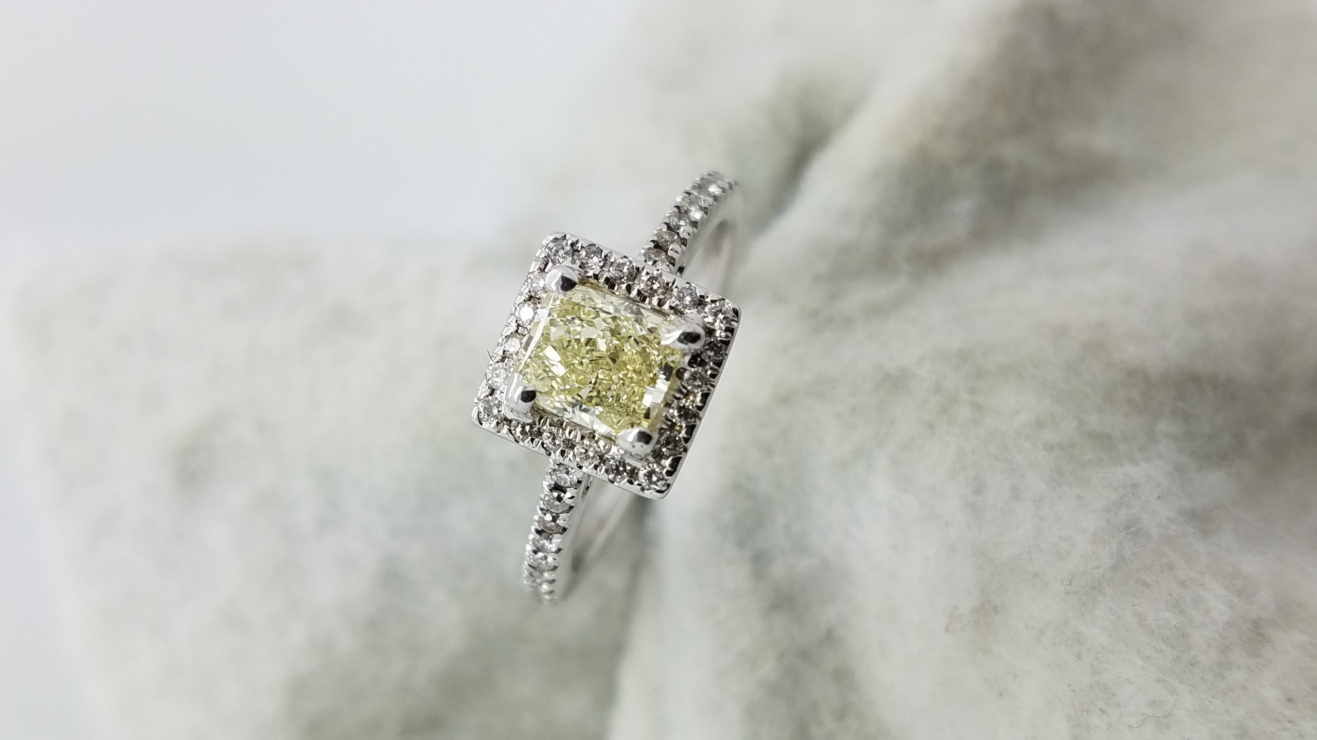14KWhite GoldNatural yellow0.86ct.CUSCutDiamondVS14-prongSolitaire with AccentsEngagement-Ring