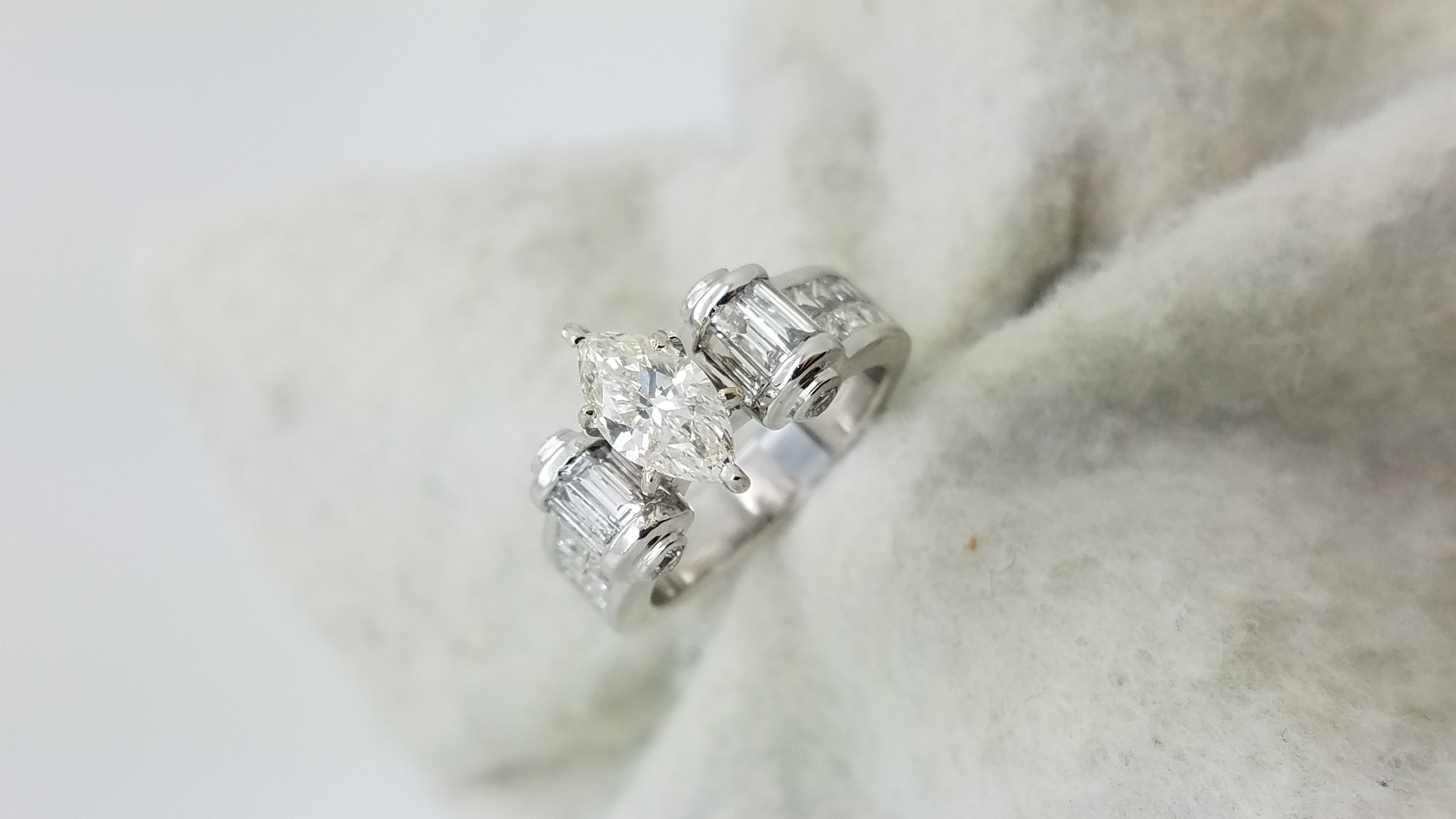 18KWhite GoldStatement channel band 1.02+1.20ct.M+R+B+PRCutDiamondHI16 prongsSolitaire with AccentsEngagement-Ring