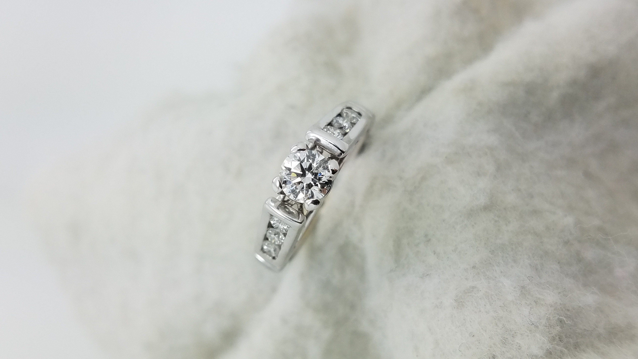18K	White Gold	 Cathedral	0.75	ct.	R	Cut	Diamond	H	VS2	4-prong	Solitaire with Accents	Engagement-Ring