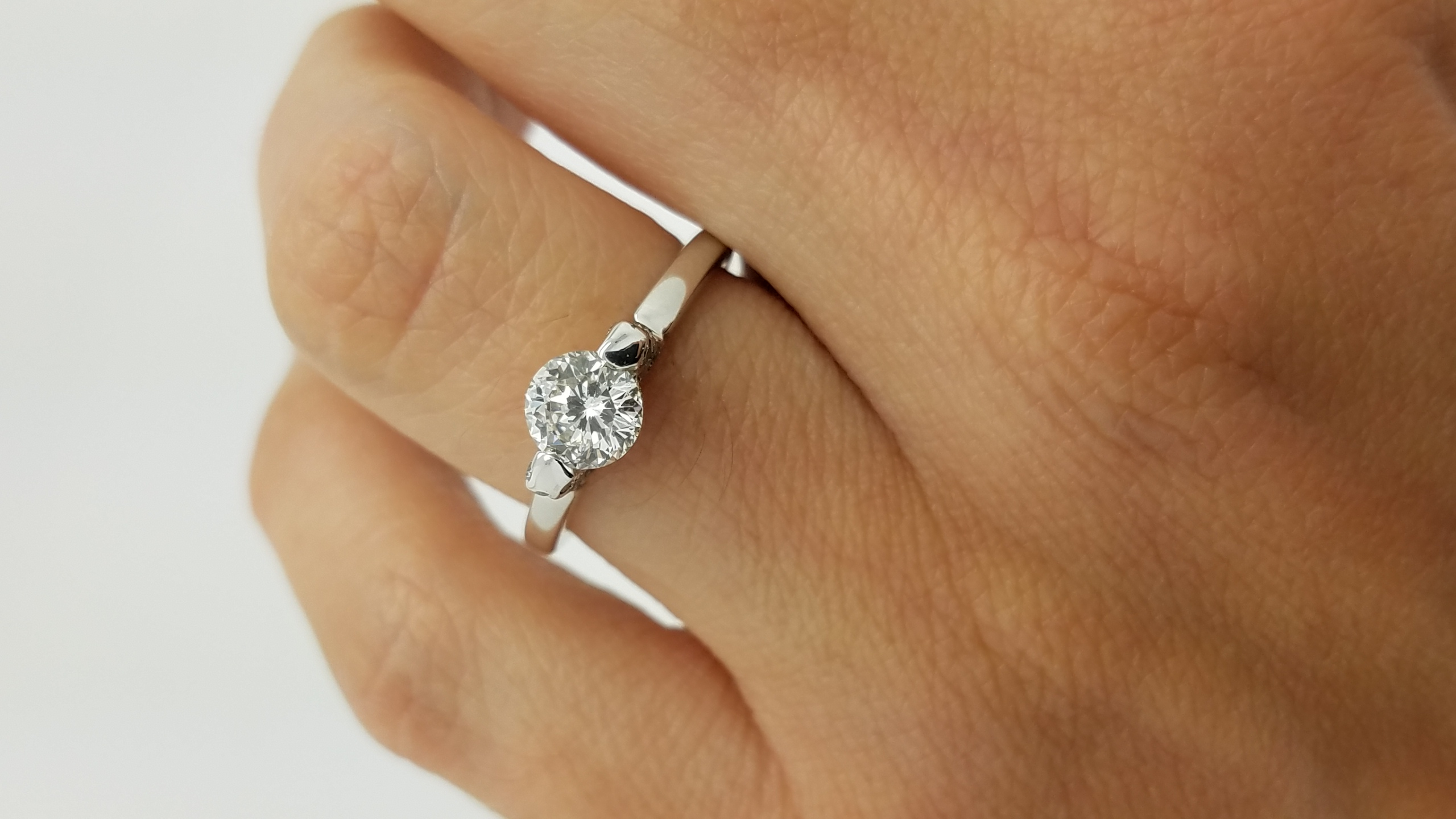 18K	White Gold	Floating	0.74+0.30	ct.	Round	Cut	Dia	G	VS2	Flush-Set	Solitaire with Accents	Engagement-Ring