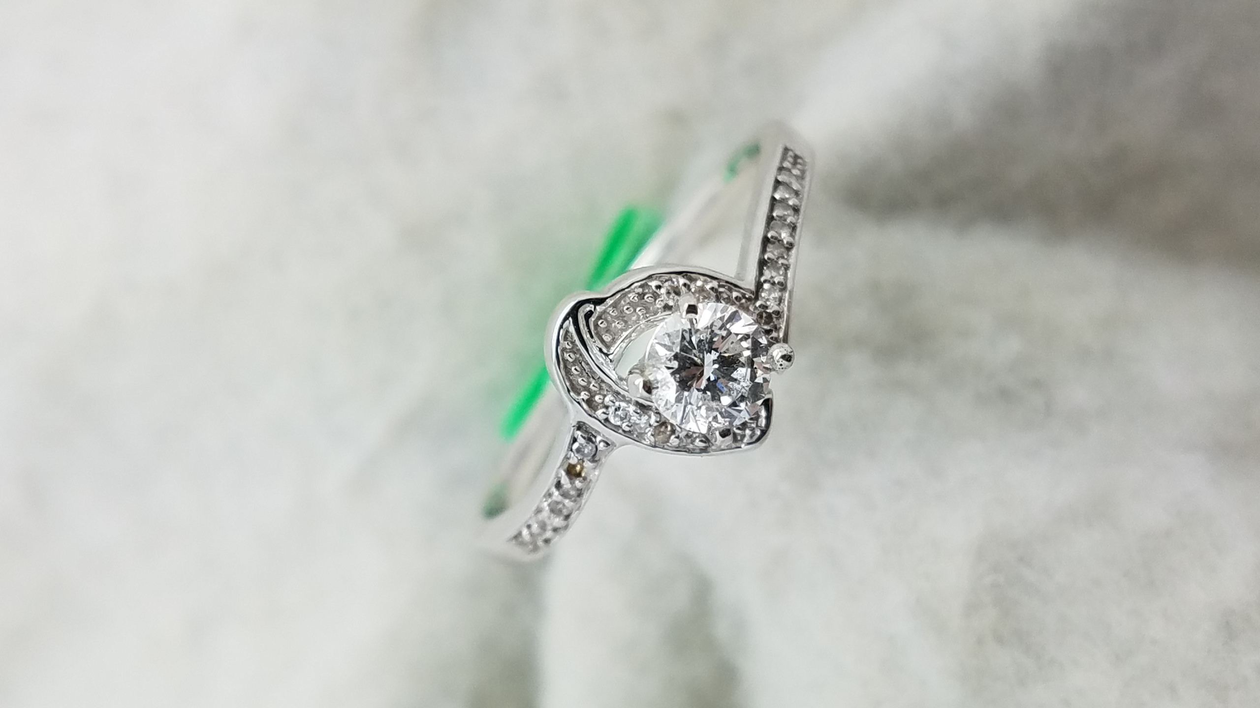 14K	White Gold	knott mounting 	0.26+0.10	ct.	Round	Cut	Diamond	G	SI2	4-prong	Solitaire with Accents	Engagement-Ring