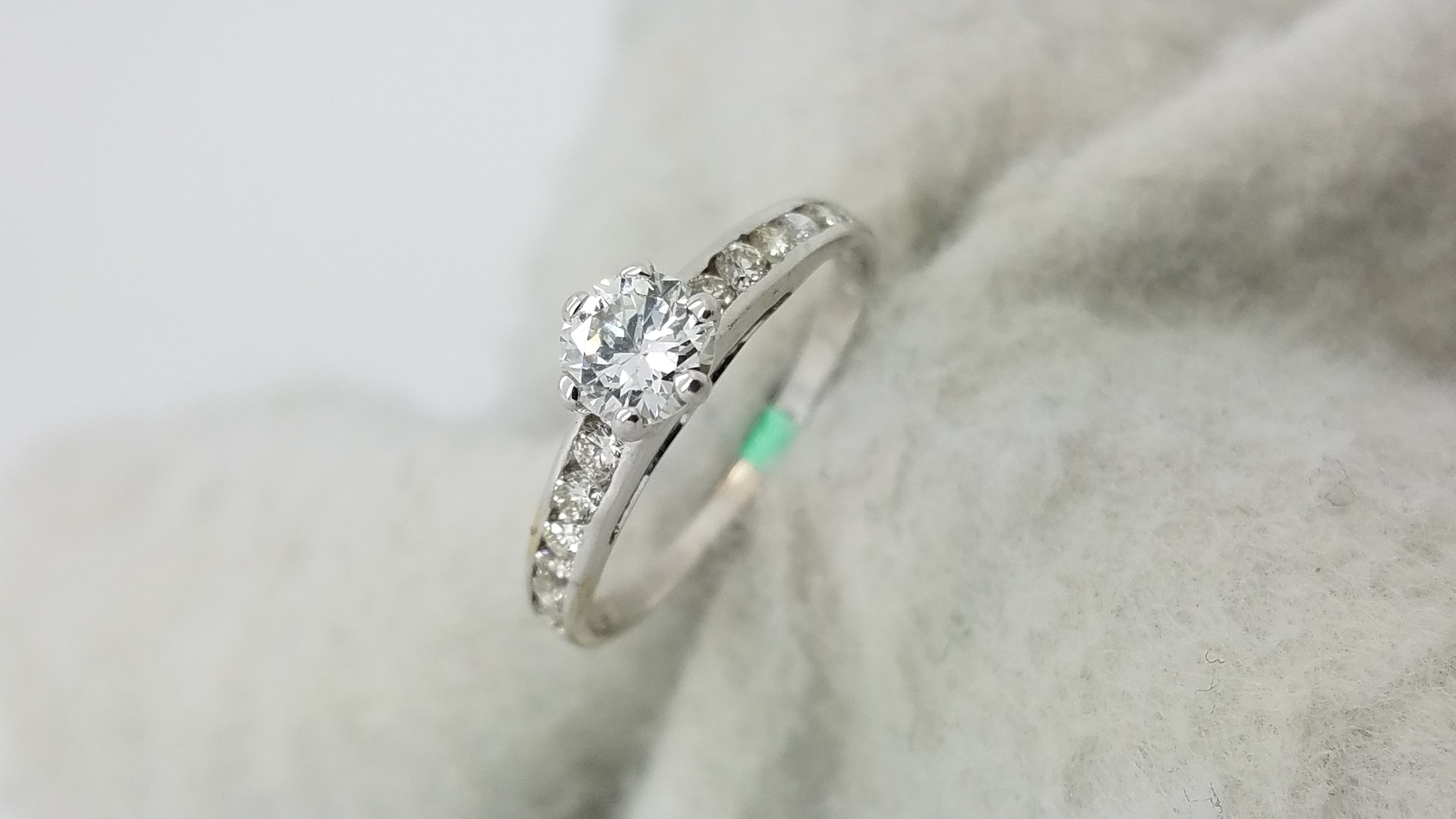 18KWhite GoldClassic channel band 0.40+0.25ct.RoundCutDiamondGSI16-prongSolitaire with AccentsEngagement-Ring