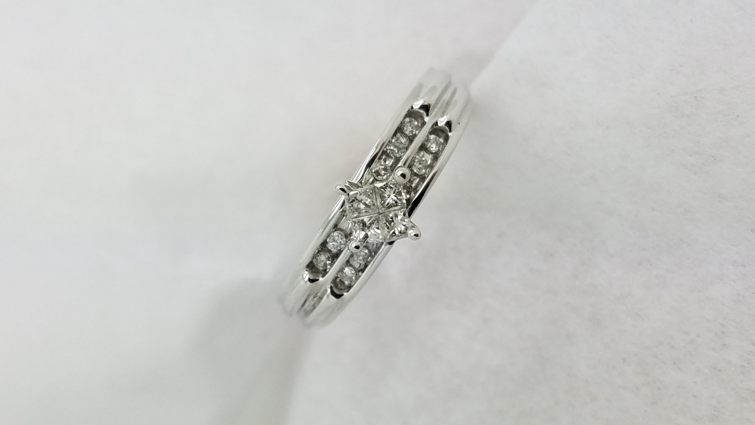 14K	White Gold	Invisible setting	0.30	ct.	PR+R	Cut	DIAMOND	Invisible-Set	Cluster		Engagement-Ring