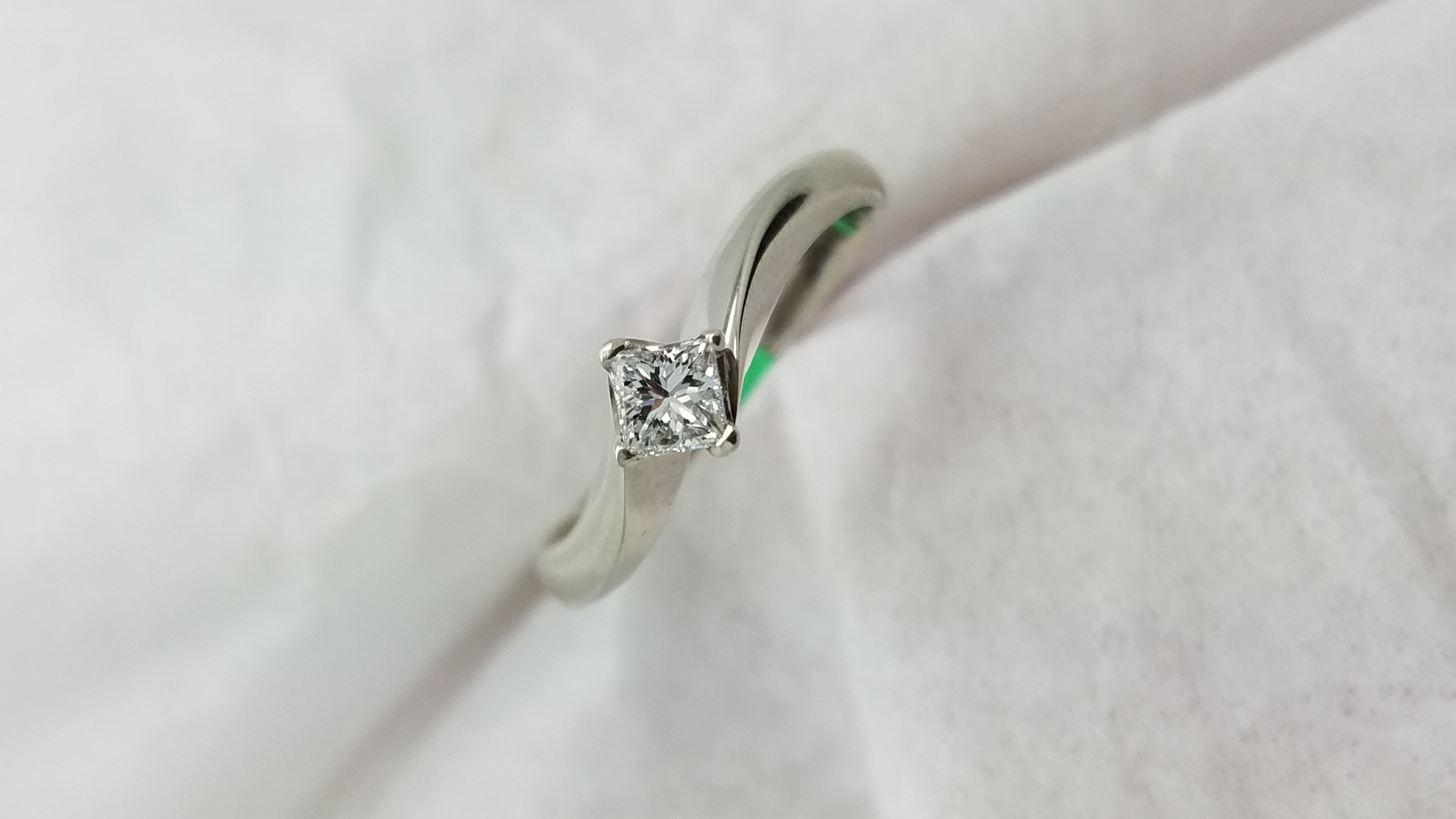 18K	White Gold	twist	0.25	ct.	Princess		DIAMOND	4-prong	Solitaire		Engagement-Ring