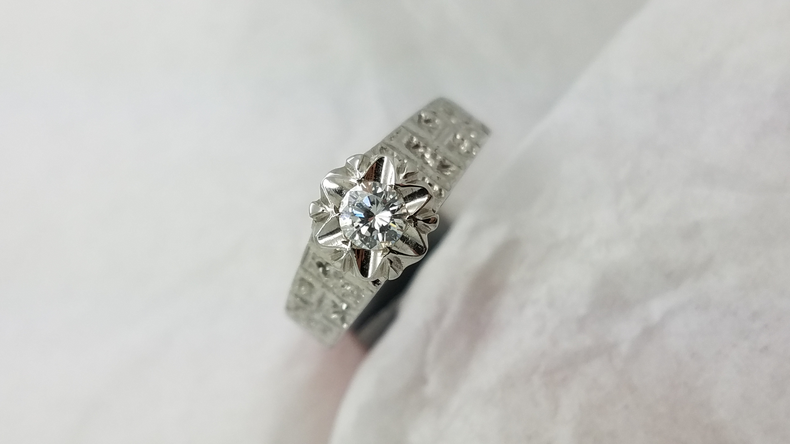 18K	White Gold	Vintage style	0.20	ct.	R	Cut	Diamond	Flush-Set	Solitaire with Accents		Engagement-Ring