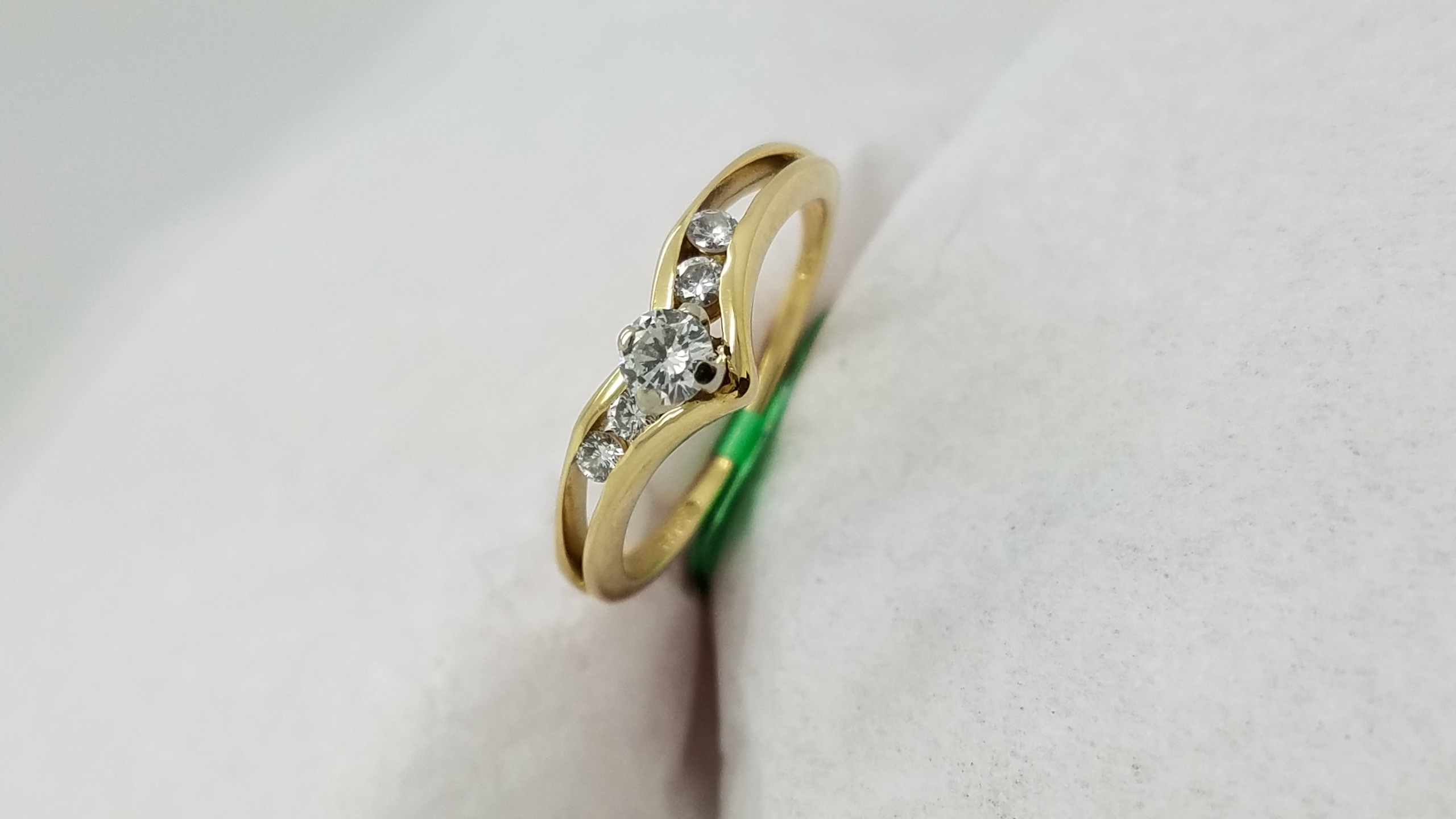 14KYellow GoldV shape 0.25CTRoundCUTDIAMOND4-prong/channelSolitaire with AccentsEngagement-Ring