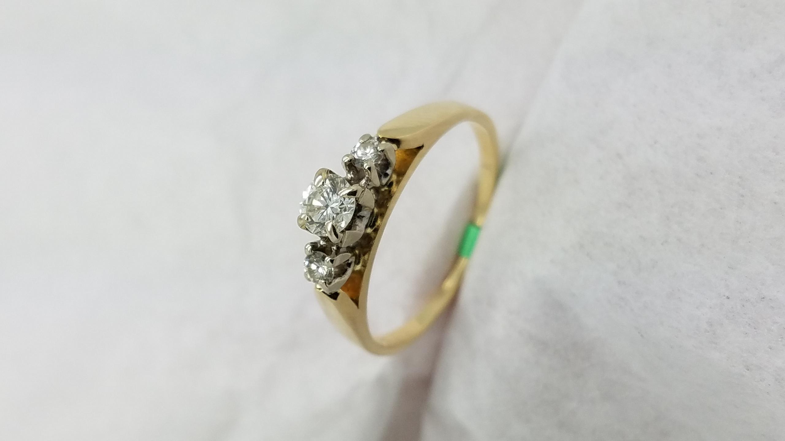 14KYellow GoldPast, present, future0.25CTRoundCUTDIAMOND4-prongThree-StoneEngagement-Ring