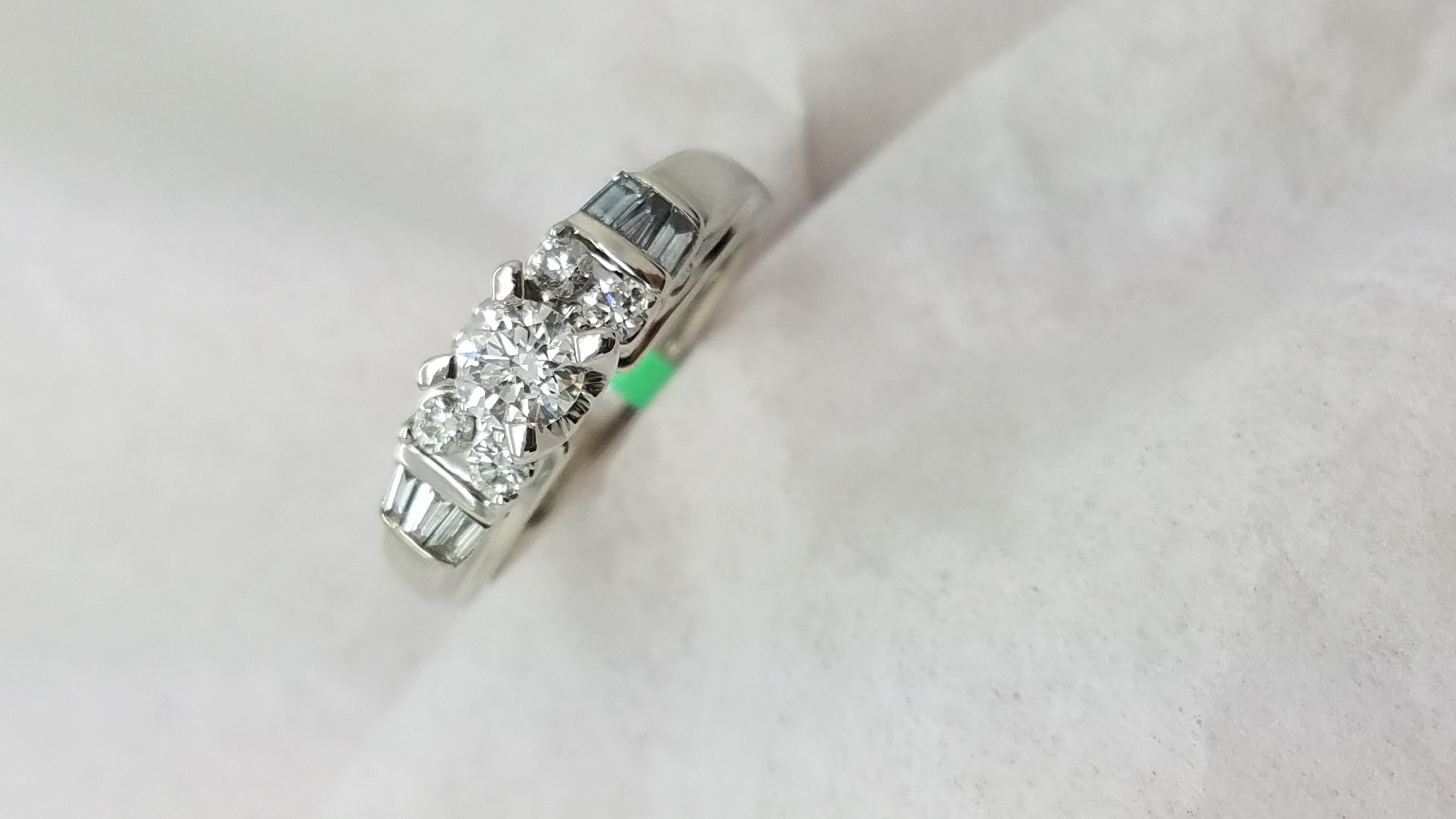 14KWhite Goldaccented0.85CTR+BCUTDIAMOND4-prongSolitaire with AccentsEngagement-Ring